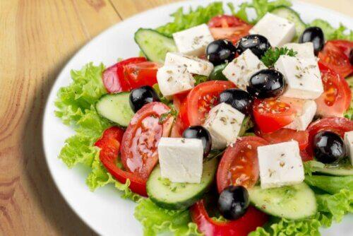 Salada com queijo feta