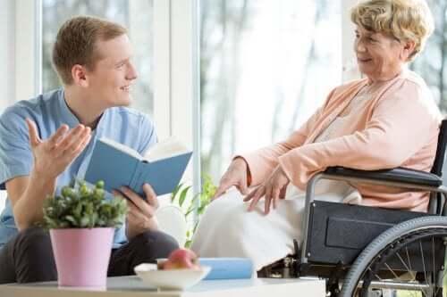 Como oferecer apoio aos idosos na velhice?