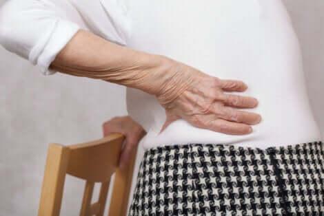 Uma das causas da dor lombar é o desgaste pela idade