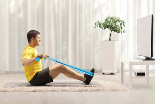 Exercícios com elásticos para fortalecer as costas
