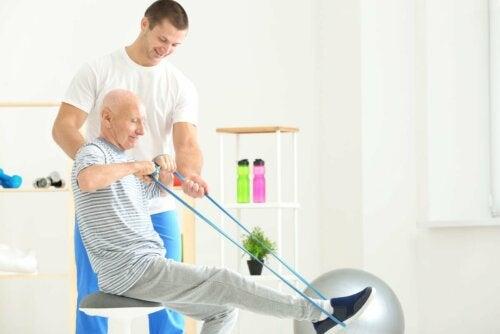 Homem idoso treinando com elásticos
