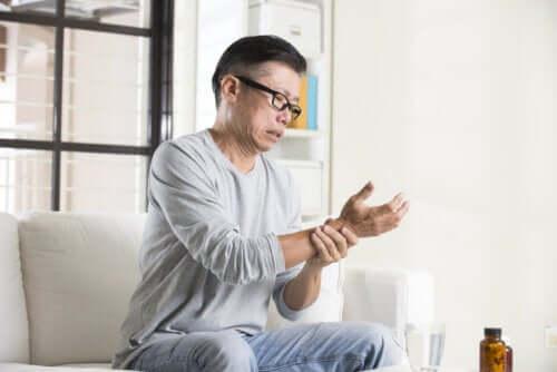 O que causa as mãos intumescidas?