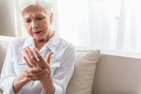 Mulher idosa com dormência nas mãos