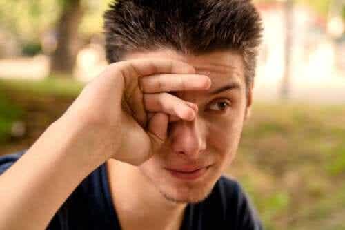 Quais são as causas dos olhos lacrimejantes?