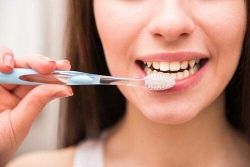 Mulher escovando os dentes