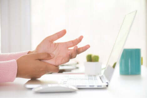 A síndrome do túnel do carpo pode deixar as mãos intumescidas
