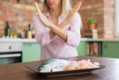 Alergia a frutos do mar: sintomas, complicações e tratamento