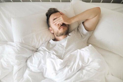 Homem com ansiedade noturna
