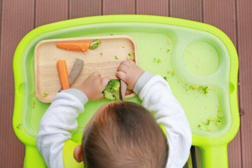 Bebê comendo legumes