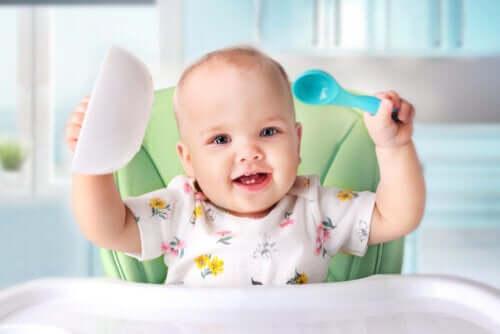 Quando oferecer alimentos sólidos para os bebês?