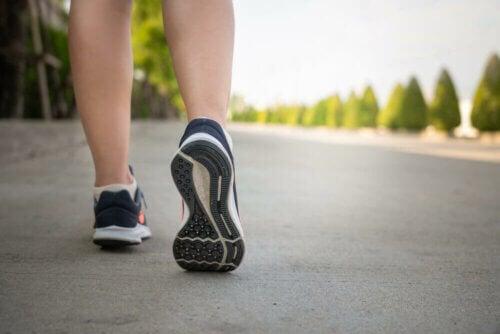 Mulher fazendo caminhada