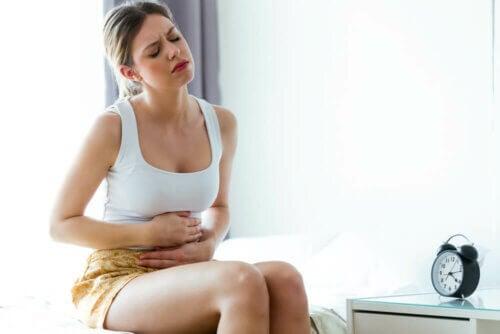 Mulher com dor abdominal