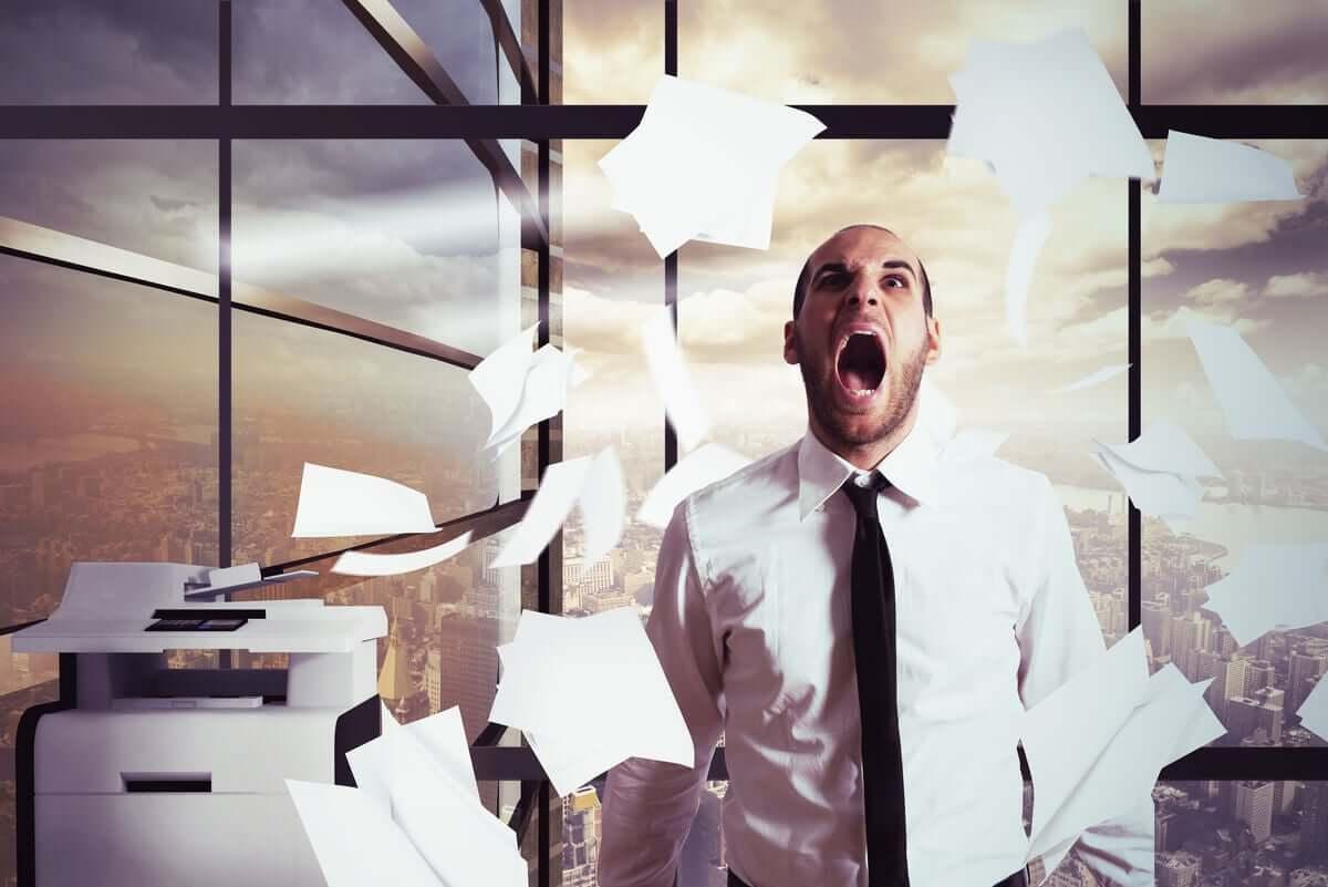 Homem estressado no trabalho