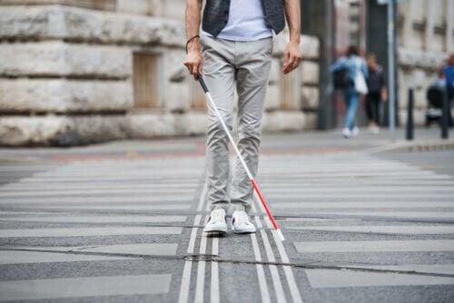Homem cego andando na rua
