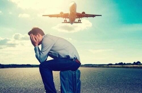 Homem com medo de viajar