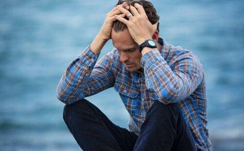 Homem entrando em desespero