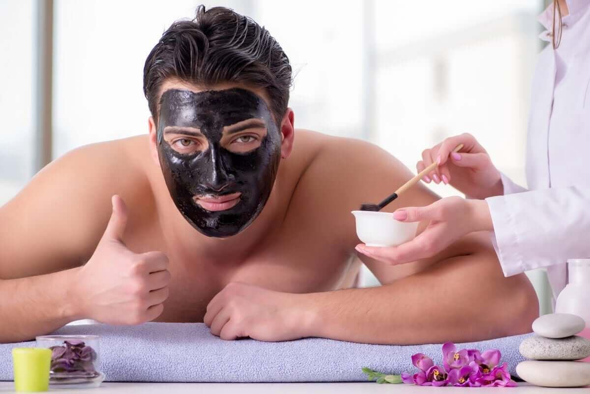 Homem usando máscara facial
