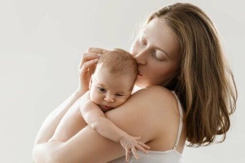 Mãe segurando seu bebê