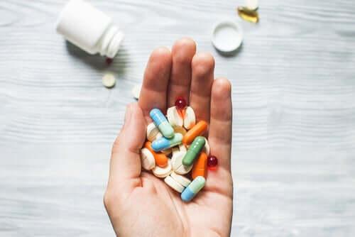 Mão cheia de comprimidos