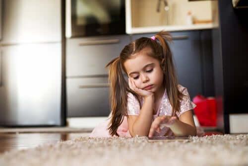 Menina triste deitada no chão