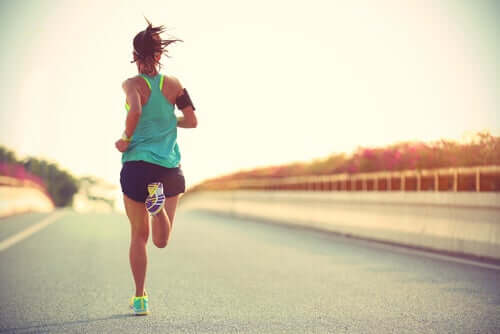 Mulher correndo na rua
