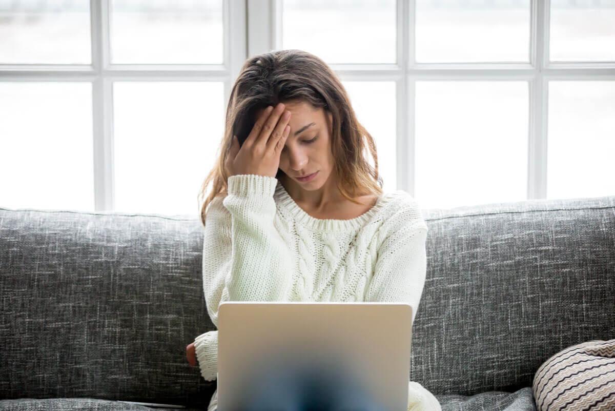 Mulher estressada com dor de cabeça