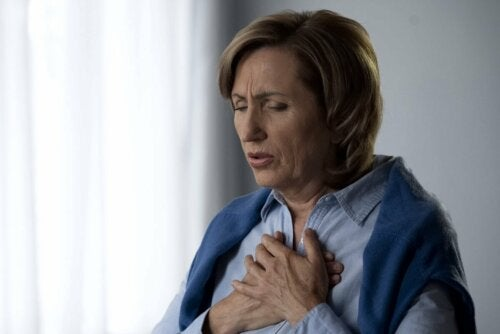 Mulher com dor no peito