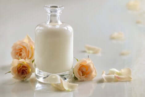 Combinar e aplicar leite de rosas e soro do leite na pele pode trazer benefícios