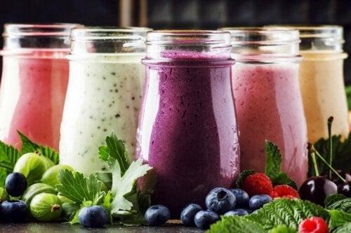 Quais são os benefícios das vitaminas de frutas e iogurte?