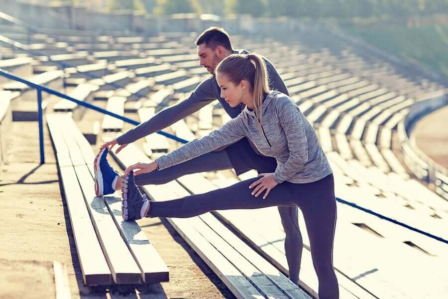 Casal fazendo exercícios