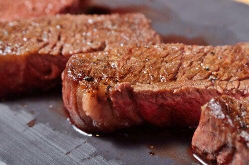 Bifes de carne vermelha