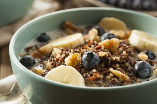 Cereal com frutas e leite
