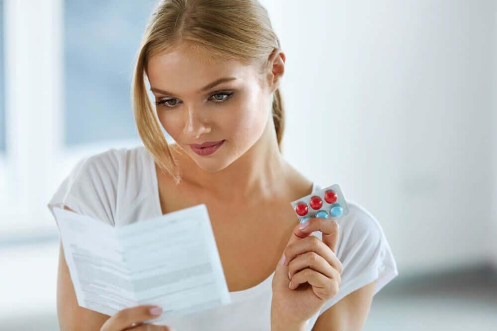 Mulher lendo bula de medicamento
