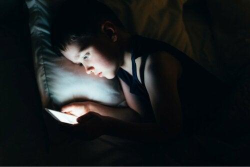 Menino usando tablet antes de dormir