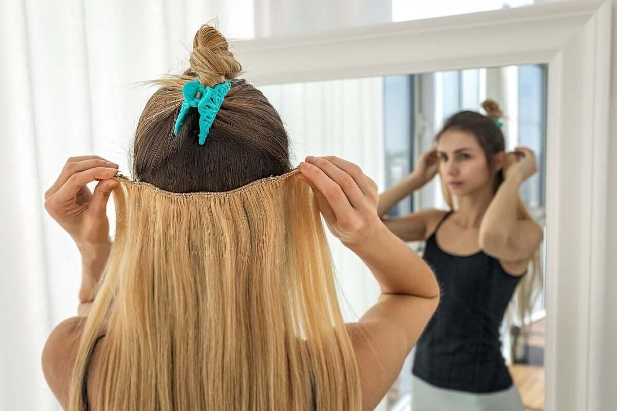 Mulher colocando mega hair