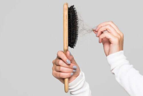 Por que limpar a escova de cabelo? Dicas para fazer isso