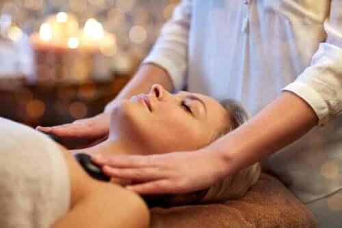5 benefícios das massagens com pedras quentes