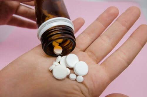 Pessoa tomando medicamentos