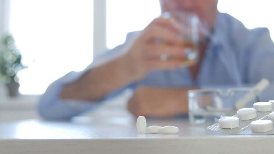Misturar álcool e remédios