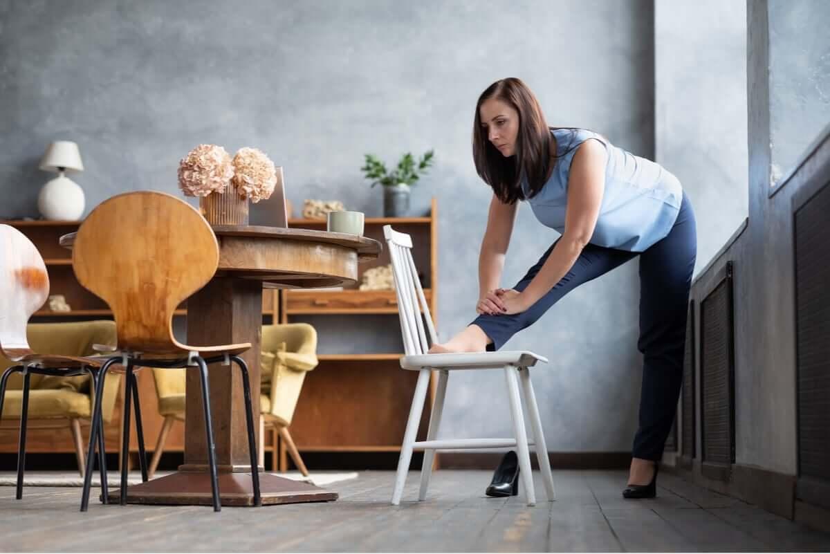 Mulher fazendo alongamento