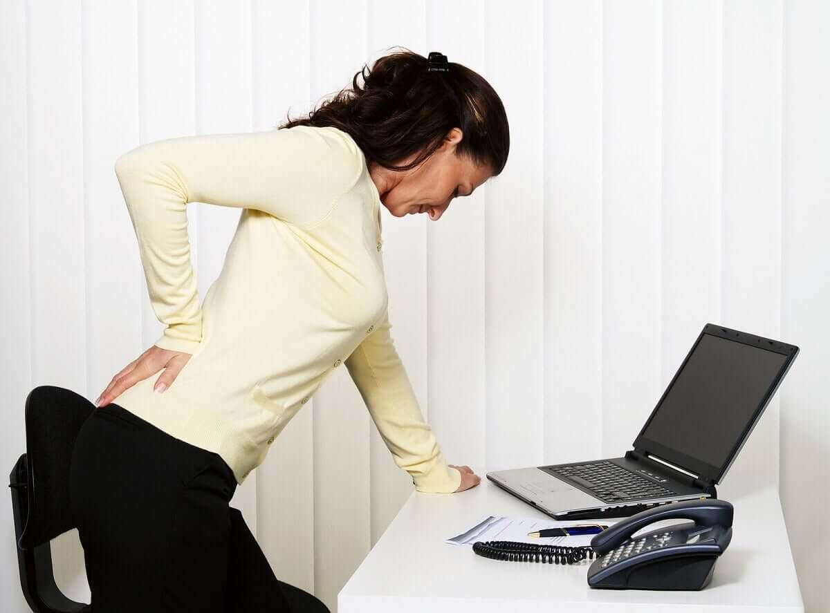 Mulher com dor muscular
