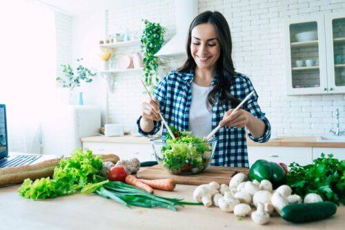 Mulher fazendo salada