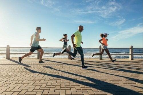 Pessoas correndo diante do mar