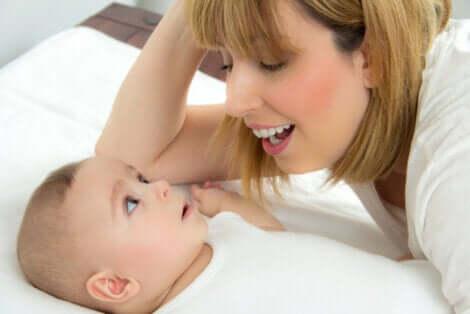 Mamãe cantando para o seu bebê