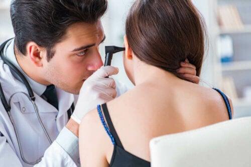 Médico examinando ouvido