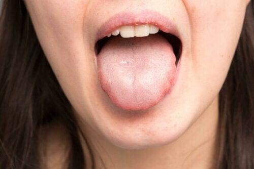 Mulher colocando a língua para fora