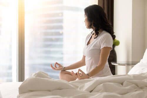 Mulher meditando pela manhã