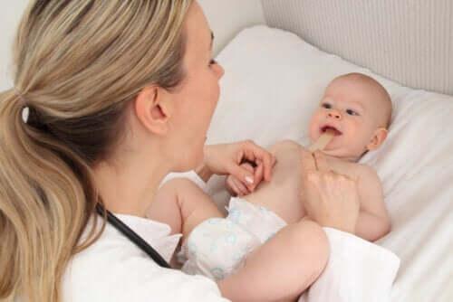 Freio teto labial persistente em bebês: sintomas e tratamento