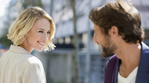 Mulher sorrindo para homem