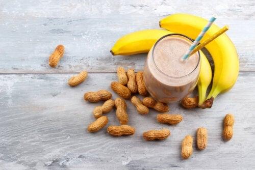 Como fazer uma vitamina de banana com pasta de amendoim?
